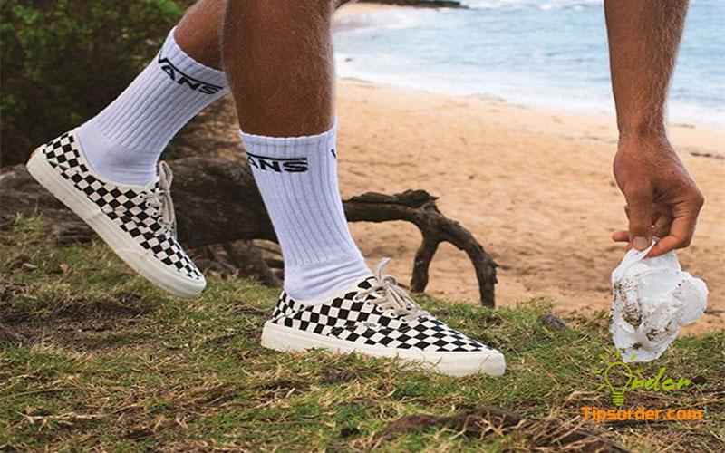 Hãng giày nổi tiếng thế giới Vans trẻ trung nhưng có phần phá cách hơn.