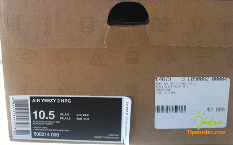 Hộp của một đôi giày Nike chính hãng, các đường nét được in rất chỉn chu và sắc nét.